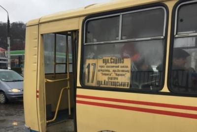 У Чернівцях пасажирка вдарилась і втратила свідомість через різке гальмування маршрутки