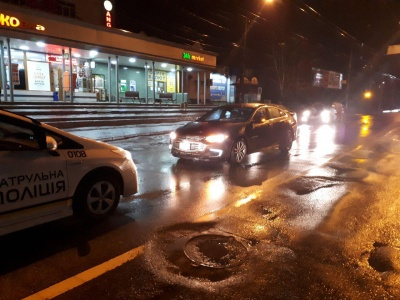 ДТП на Руській: п'яний пішохід раптово вискочив на автівку - фото