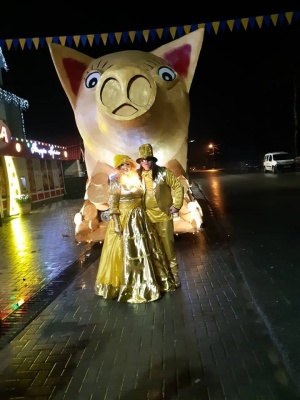 На Буковині маланкарі показали чотириметрову свиню-скарбничку - фото