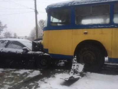 У Чернівцях автівка зіткнулась із тролейбусом: водія легковика забрала швидка - фото