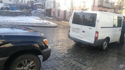 У центрі Чернівців джип зіткнувся з мікроавтобусом - фото