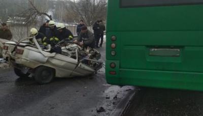 """Під Києвом """"ЗАЗ"""" влетів у маршрутку. Троє людей загинули"""