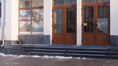 У кінотеатрі «Чернівці» завершили ремонт сходів із пандусом – фото