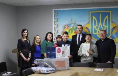 На Буковині ще двом дітям-сиротам вручили документи на житло від держави