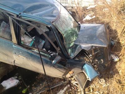 На Буковині легковик злетів з дороги в кювет та отримав пошкодження - фото