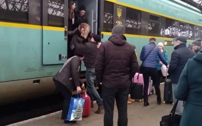 Потяг «Чернівці–Львів» зламався під час рейсу: пасажирів виносили на руках із вагонів