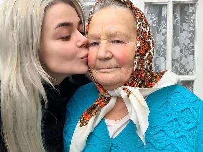 Аліна Гросу показала свою бабусю з Буковини й похвалилась умінням доїти корову