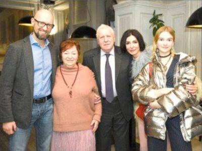 У Чернівцях батьки Яценюка презентували сімейний фотоальбом «На березі життя» - фото