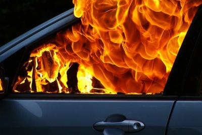 У Хотині горіла Mazda: вогонь пошкодив моторний відсік