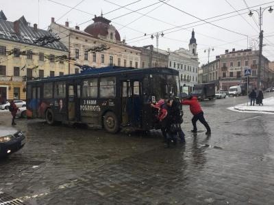 У центрі Чернівців зламався тролейбус: пасажирам власноруч довелось його штовхати - фото
