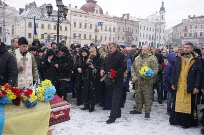 Чернівці попрощалися із загиблим на сході бійцем Віталієм Онуфрейчуком - фото