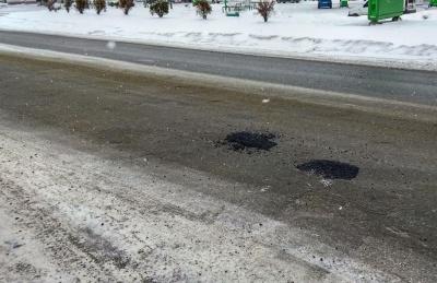 У Сторожинці ремонтують дорогу у снігопад - відео
