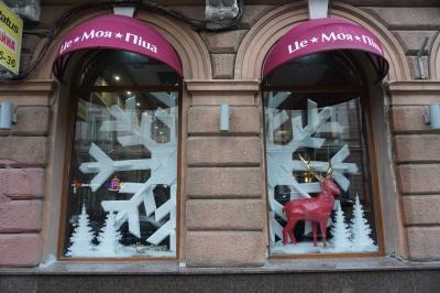 Як у Чернівцях магазини прикрасили свої вітрини до Нового року і Різдва - фото