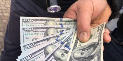 В Україні від початку року отримали хабарів на майже півмільйона гривень