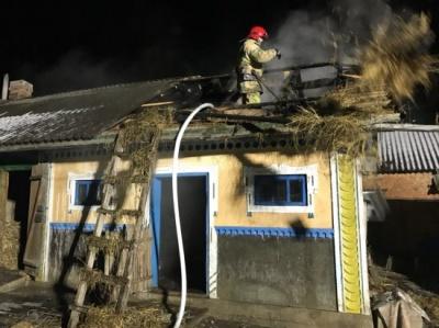 На Буковині ввечері загорілась господарська будівля - відео