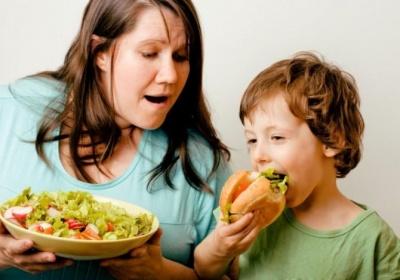 5 шкідливих продуктів, якими ми годуємо дітей щодня
