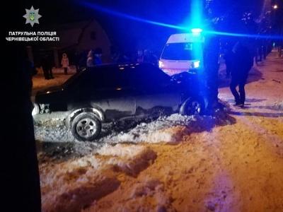У Чернівцях п'яний водій ВАЗу врізався у дерево - фото