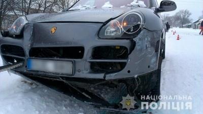 На Буковині «Porsche» врізався в «Таврію»: легковик відкинуло на пішохода - фото