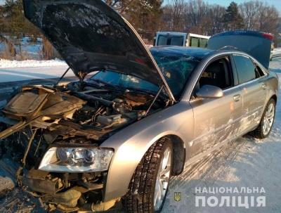 На Буковині легковик перекинувся в кювет, водій втік з місця ДТП: одна людина травмувалась