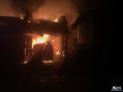 У масштабній нічній пожежі в Кіцмані згорів мікроавтобус – фото