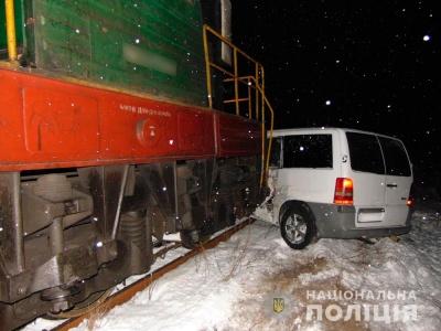 На Буковині мікроавтобус потрапив під локомотив: двоє людей постраждали - фото