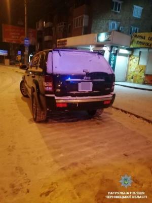 В Черновцах патрульные задержали пьяного водителя джипа, который нарушал ПДД - фото