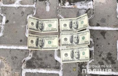 У Чернівцях на хабарі 500$ затримали жінку, що обіцяла сприяти швидкому розмитненню «євробляхи»