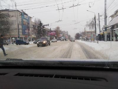Снігова негода: у поліції повідомили про ускладнення руху транспорту на трасах Буковини