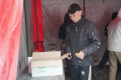 «О, щось гаряченьке!»: як у Чернівцях гріються бездомні посеред лютих морозів