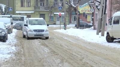 Чернівчанам, які незадоволені розчищенням снігу, комунальник порадив сидіти вдома - відео