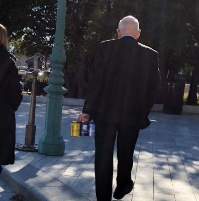 Хотів пригостити колегу: конгресмена не пустили до Капітолію з 6 пляшками пива