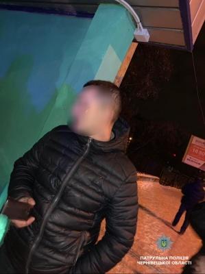 У Чернівцях посеред ночі пара грабіжників напала на чоловіка - фото