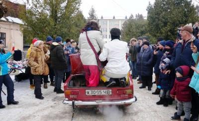 Вулиці Вашківців заполонили сотні маланкарів – фото