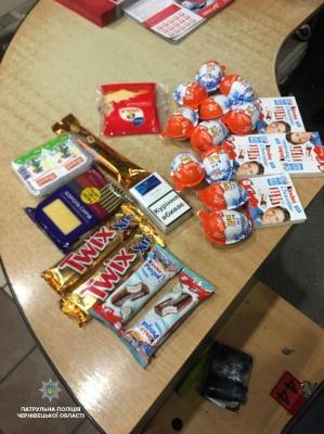 Потягнуло на солодке: у Чернівцях зловмисник обікрав супермаркет - фото