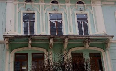 У центрі Чернівців зі старого будинку зник балкон - фото