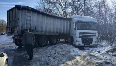 На Буковині через ожеледицю вантажівка з'їхала в кювет - фото