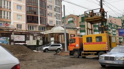 На Героїв Майдану встановили нові тролейбусні опори - фото