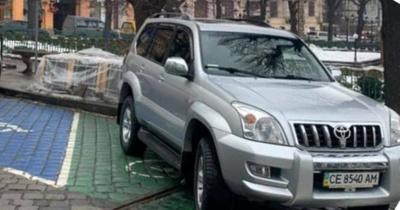 У Чернівцях службове авто міськради заблокувало місце для зарядки електромобілів - фото