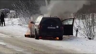 На Буковині посеред траси раптово загорілась «євробляха» – відео