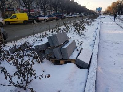 У мережі обурилися, як зберігають у Чернівцях гранітні бордюри за п'ять мільйонів гривень
