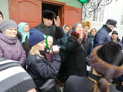 На Буковині ініціювали службове розслідування щодо поліцейських, які охороняли збори щодо переходу парафії до ПЦУ