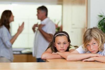 Що не можна робити батькам у присутності дітей
