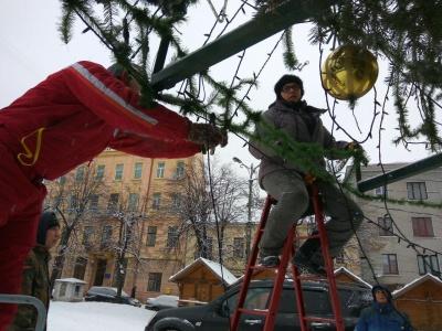 У Чернівцях почали розбирати головну новорічну ялинку міста - фото