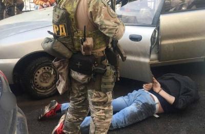 У Чернівцях затримали сутенера, які підгодовував дівчат наркотиками - фото
