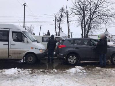 На Буковині п'яний водій мікроавтобуса врізався у «Тойоту» - фото
