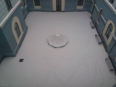 У дворику Чернівецької міськради на неприбраному снігу написали лайливе слово – фото