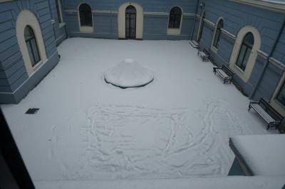 В дворике мэрии Черновцов ругательное слово затоптали, но снег не расчистили - фото