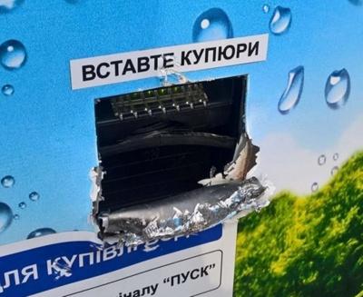 У Чернівцях патрульні затримали водія, якого звинувачують у крадіжці грошей з автоматів питної води