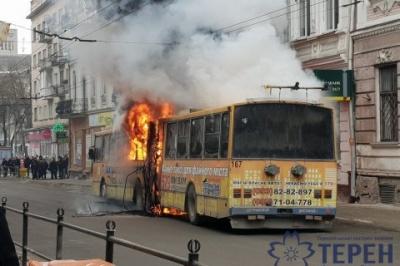 У Тернополі загорівся тролейбус з пасажирами. Відео