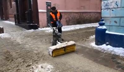 Тротуари в Чернівцях прибирають ручними снігоприбиральними машинами – відео